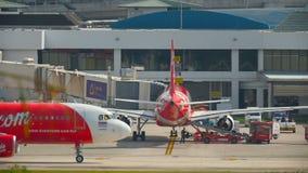 AirAsia-vliegtuigen bij Phuket-Luchthaven stock footage