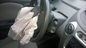 Airbag in zerschmettertem schwarzem Auto Stockbild