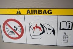 Airbagplattenwarnung im Stadtauto, auf Sonnenschutz Lizenzfreie Stockfotografie