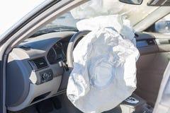 Airbags utplacerade i en slag- och körningsolycka royaltyfria bilder