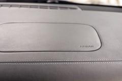 Airbagzeichen auf Armaturenbrett Stockbild