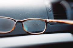 Airbagzeichen durch Eyeweargläser Stockbilder