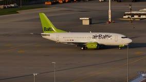 Airbalric dżetowy samolot taxiing w Monachium lotnisku, MUC