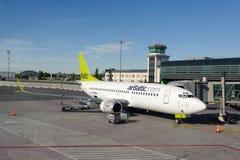 AirBaltic Boeing 737 angekoppelt in Riga-Flughafen Lizenzfreies Stockfoto