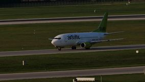 AirBaltic dżetowy samolot taxiing w Monachium lotnisku, MUC