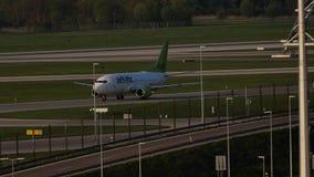 AirBaltic dżetowy samolot w Monachium lotnisku, MUC