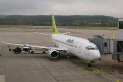 AirBaltic hyvlar på grov asfaltbeläggning på den Zurich flygplatsen fotografering för bildbyråer