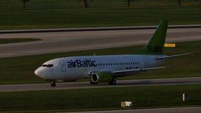 AirBaltic jet som åker taxi i den Munich flygplatsen, MUC