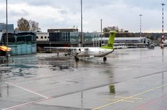 AirBaltic-Vliegtuigenvoorbereiding voor vertrek in de Internationale Luchthaven van Riga stock afbeelding