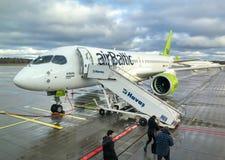 AirBaltic-Vliegtuigenvoorbereiding voor vertrek in de Internationale Luchthaven van Riga royalty-vrije stock foto's