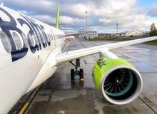 AirBaltic-Vliegtuigenvoorbereiding voor vertrek in de Internationale Luchthaven van Riga stock fotografie