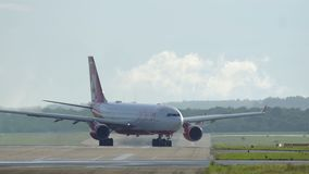 Airberlin Aerobus A330 przyjeżdżający przy Dusseldorf lotniskiem międzynarodowym zbiory