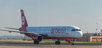 AirBerlin Boeing 737 på landningsbanan Arkivfoton