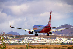 Airberlin flygplan Boeing 737-800 som landar på den Lanzarote ön Arkivbild