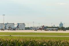 AirBerlin nivå bredvid den Eurowings nivån på den Stuttgart flygplatsen Arkivbild