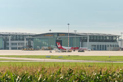 AirBerlin som är plan framme av den Lufthansa hangaren på den Stuttgart flygplatsen Royaltyfria Bilder
