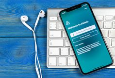 Airbnb在苹果计算机iPhone x屏幕特写镜头的应用象 Airbnb app象 Airbnb com是书库的网上网站 社会 库存图片