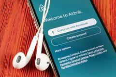 Airbnb在苹果计算机iPhone x屏幕特写镜头的应用象 Airbnb app? Airbnb com是书库的网上网站 ?? 库存图片