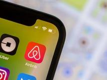Airbnb app no telefone celular com mapa de ruas Foto de Stock Royalty Free