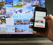 Airbnb APP und Laptop Stockfotos