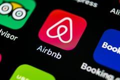 Airbnb applikationsymbol på närbild för skärm för Apple iPhone X Airbnb app symbol Airbnb com är online-websiten för att boka rum Arkivfoton