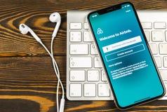 Airbnb applikationsymbol på närbild för skärm för Apple iPhone X Airbnb app symbol Airbnb com är online-websiten för att boka rum royaltyfri bild
