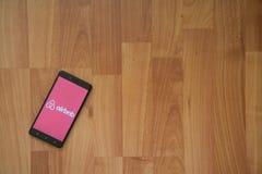 Airbnb na tela do smartphone Fotografia de Stock Royalty Free
