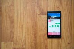 Airbnb på smartphonen arkivbilder
