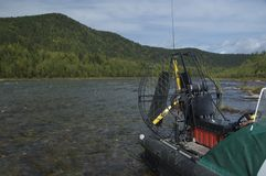 Airboat auf dem felsigen Ufer Lizenzfreies Stockfoto