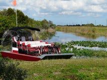 Airboat dla wycieczek turysycznych na Floryda jeziorze Fotografia Stock