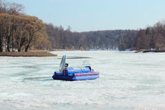 Airboat no lago congelado Imagens de Stock