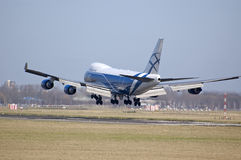 Airbridge boeing 747 landing Royalty Free Stock Photography