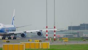 AirBridgeCargo Боинг 747 ездя на такси перед взлетом акции видеоматериалы