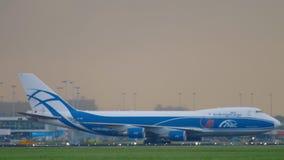 AirBridgeCargo Боинг 747 ездя на такси перед взлетом сток-видео