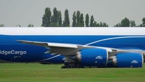 AirBridgeCargo Boeing 747, das vor Start mit einem Taxi fährt stock footage