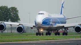 AirBridgeCargo Boeing 747 que taxiing antes da decolagem filme