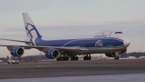AirBridgeCargovrachtschip Boeing 747 op tarmac bij de luchthaven stock footage