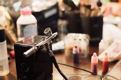 Airbrush i farba dla profesjonalisty i ciało sztuki uzupełnialiśmy zdjęcia stock