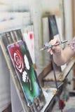 Airbrush las imágenes brillantemente coloreadas disponibles de las pinturas con subió en un estudio artístico Imagen de archivo libre de regalías