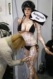 Airbrushing una donna su un mannequin fotografia stock libera da diritti