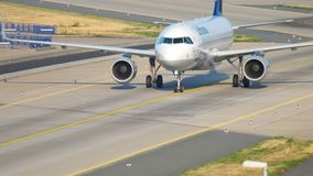 Airbus 320 της Lufthansa που μετακινείται με ταξί απόθεμα βίντεο