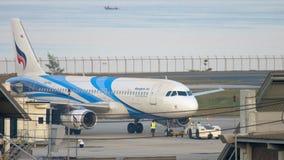 Airbus 320 αεροπλάνων που ρυμουλκεί απόθεμα βίντεο