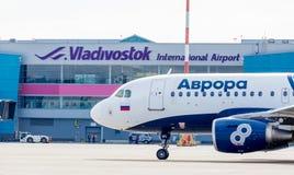 Airbus A319 αεροσκαφών επιβατικών αεροπλάνων των αερογραμμών αυγής στο αεροδρόμιο Τερματικό του αερολιμένα στο υπόβαθρο Αεροπορία στοκ φωτογραφία με δικαίωμα ελεύθερης χρήσης