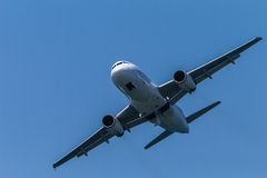 Airbus αεροσκαφών που πετά κατά μέτωπον Στοκ Φωτογραφία