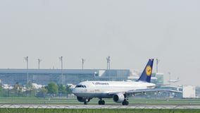 Airbus A319-100 δ-AIBG της Lufthansa στον αερολιμένα του Μόναχου, άνοιξη απόθεμα βίντεο