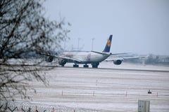 Airbus A340-600 δ-AIHZ της Lufthansa έτοιμο στην απογείωση από τον αερολιμένα του Μόναχου, χειμώνας, στολή FC Μπάγερν Στοκ εικόνα με δικαίωμα ελεύθερης χρήσης