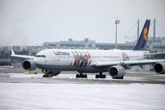 Airbus A340-600 δ-AIHZ της Lufthansa έτοιμο στην απογείωση από τον αερολιμένα του Μόναχου, χειμώνας, στολή FC Μπάγερν Στοκ Εικόνες