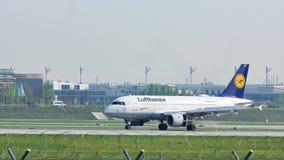 Airbus A320-200 δ-AIQF της Lufthansa στον αερολιμένα του Μόναχου, άνοιξη απόθεμα βίντεο