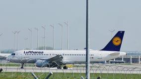 Airbus A320-200 δ-AIZF της Lufthansa που μετακινείται με ταξί στο Μόναχο απόθεμα βίντεο