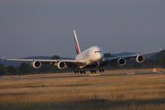 Airbus A380-800 εμιράτων που απογειώνεται από το διάδρομο, άποψη κινηματογραφήσεων σε πρώτο πλάνο στοκ εικόνα με δικαίωμα ελεύθερης χρήσης